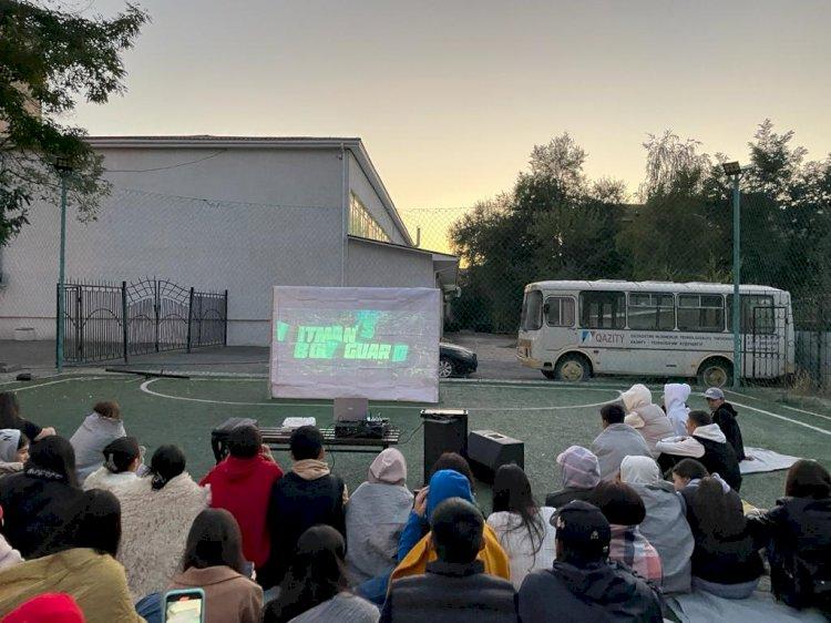 Алматы студенттері ашық аспан астында кино тамашалады
